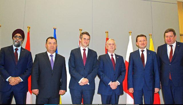 Самміт НАТО - фото міністрів оборони країн НАТО з міністром оборони України Степаном Полтораком